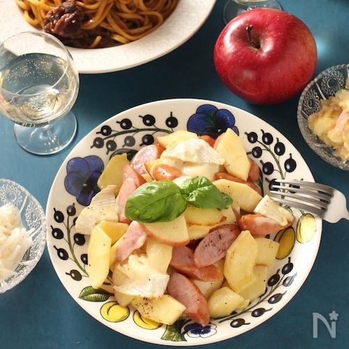 りんごとソーセージとカマンベールのソテー