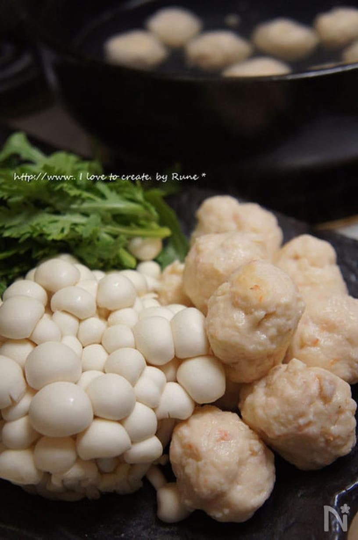 鍋に盛られた烏賊とえびの団子鍋