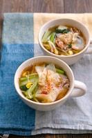 餃子の皮入り豆もやしと小松菜と豚こまの具だくさん満足スープ