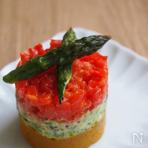 お手軽具材もひと手間で見栄えバッチリ♪焼き野菜セルクルサラダ