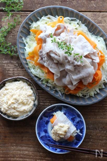 キャベツと人参に重ねて盛られた豚肉と卵ソース