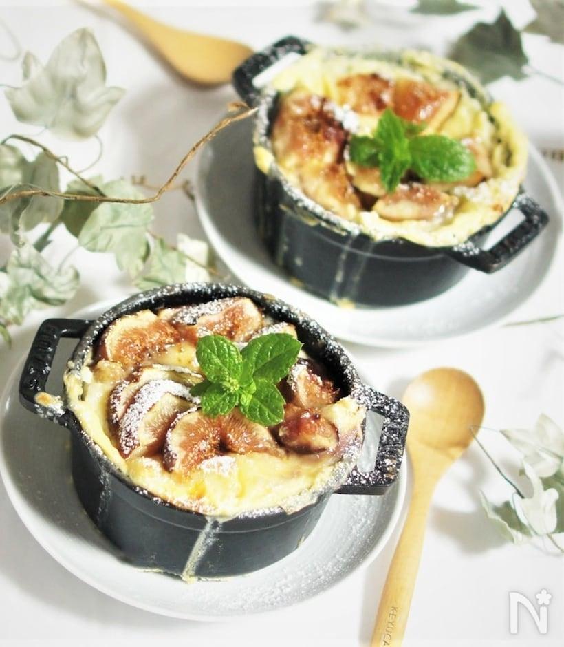 小さなココットに作られたイチジクのパンプディング、粉糖とミントトッピングをふた皿
