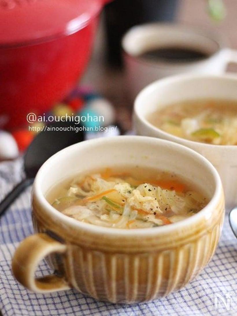 陶器のカップによそったたっぷり野菜と玉ねぎのふわふわ卵スープ