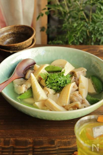 筍と鶏肉、スナップエンドウを白だしで煮たほっこり味のひと品。最後に木の芽を散らして香りをよくする。