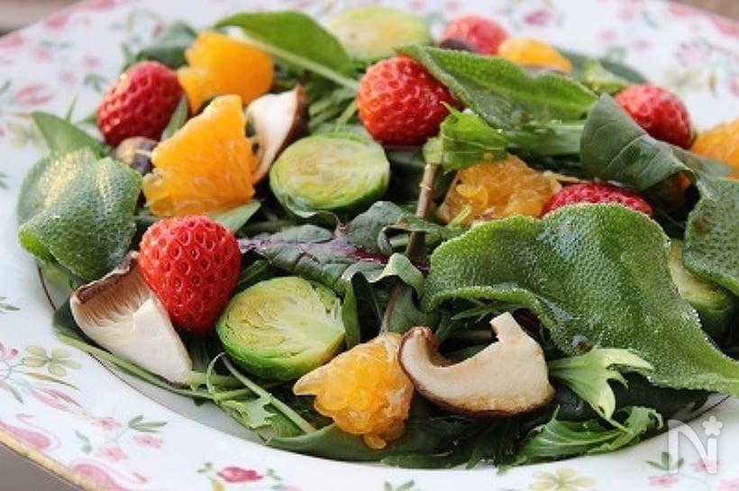 お皿に盛り付けたアイスプラントの春サラダ