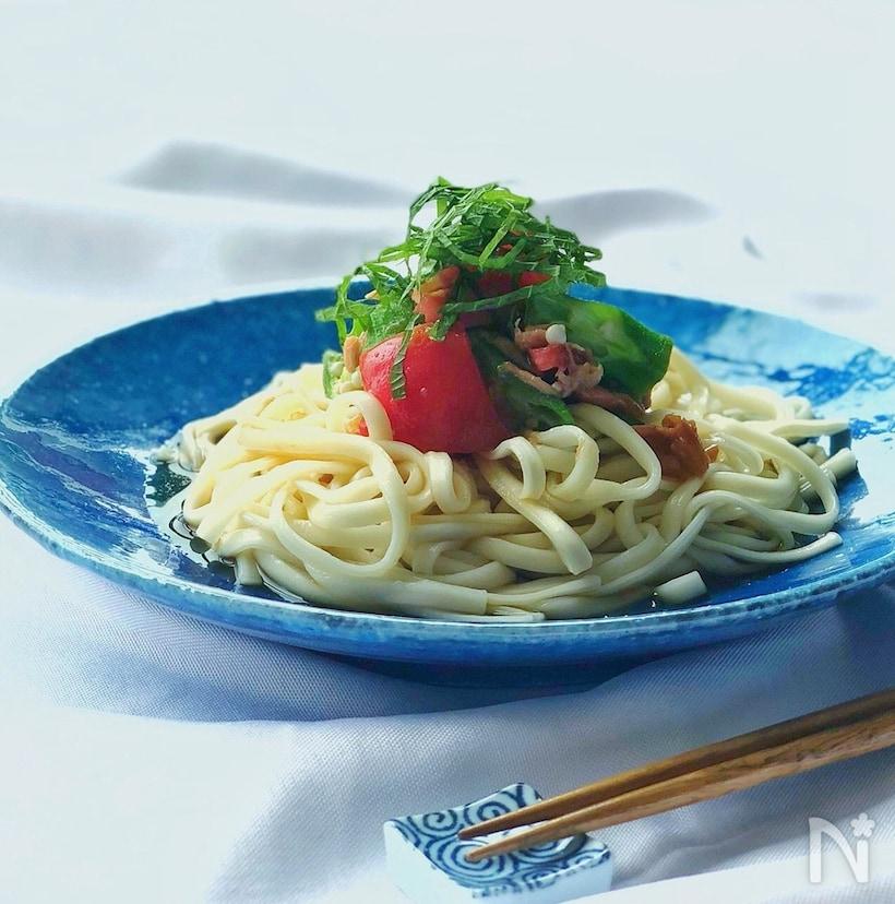 青いお皿に盛られたサラダうどん