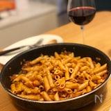 フライパンごと食卓へ!ワインに合う簡単ミートペンネ