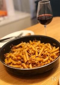 『フライパンごと食卓へ!ワインに合う簡単ミートペンネ』