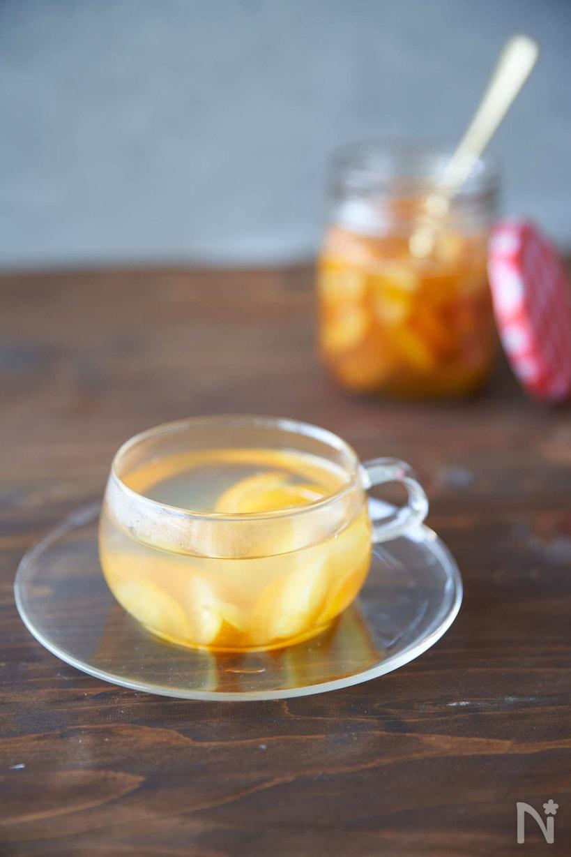 ガラスカップに入ったはちみつきんかん茶