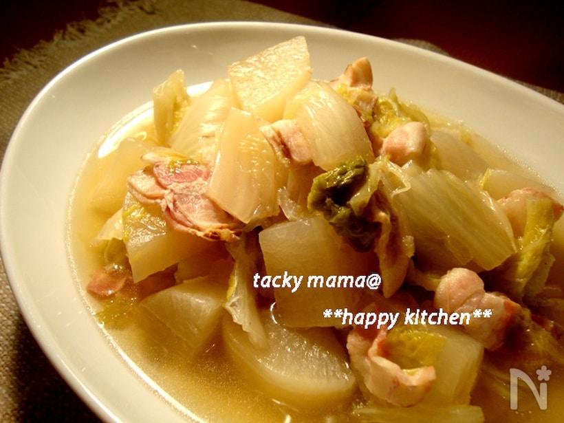 白い皿に盛られた、大根と白菜のベーコン煮