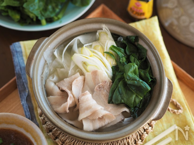 鍋に入った豚肉やほうれんそう、ネギの常夜鍋