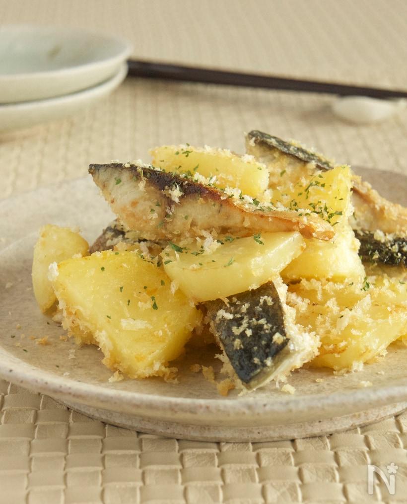 薄灰色の丸皿に盛られた、鯖とじゃが芋の炒め物