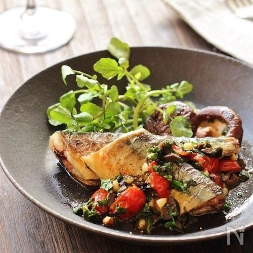 秋刀魚のソテー。オリーブとパセリとトマトのソース