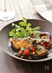 『秋刀魚のソテー。オリーブとパセリとトマトのソース』