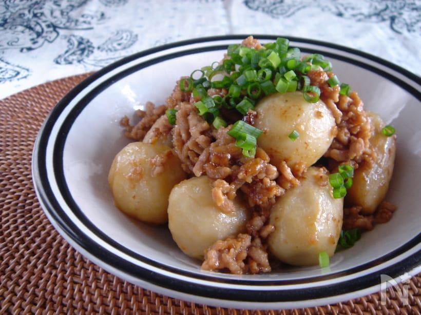 淵が黒いお皿に盛られたサトイモとひき肉のガーリック味噌炒め
