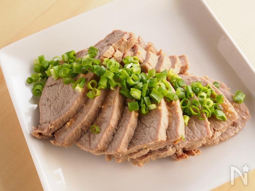 白いプレートに盛り付けたはちみつ味噌の蒸し煮豚肉チャーシュー