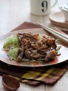 千切りキャベツと食べる、豚肉のガーリックバター炒め。