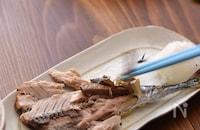 焼き魚を食べる。