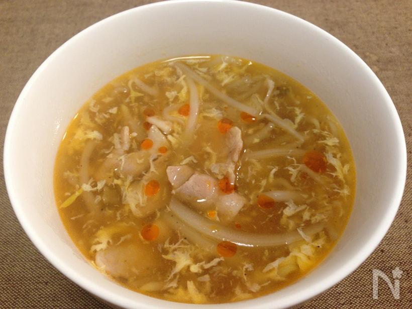 白い器に盛られたもやしスープ