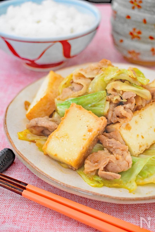 丸皿に盛られた、豚バラ肉とキャベツと厚揚げのニンニク味噌炒め