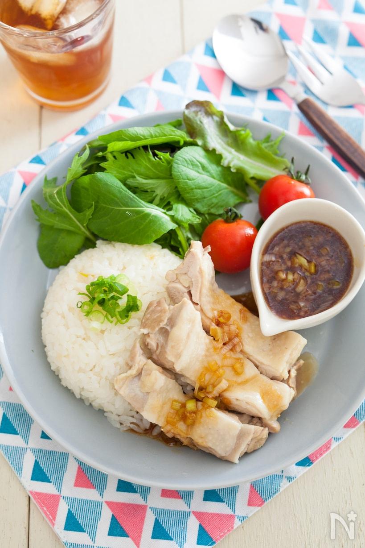 ラベンダー柄の丸皿に盛り付けた鶏肉と野菜のカオマンガイ