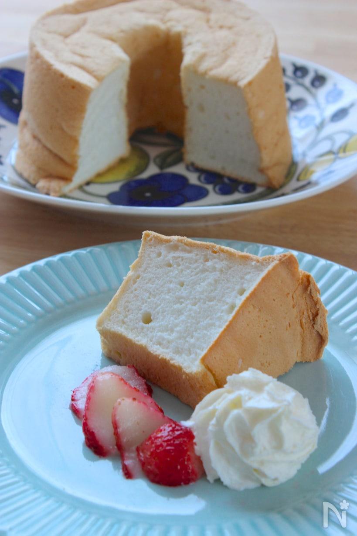 お皿に生クリームやいちごと盛られた、エンゼルフードケーキ