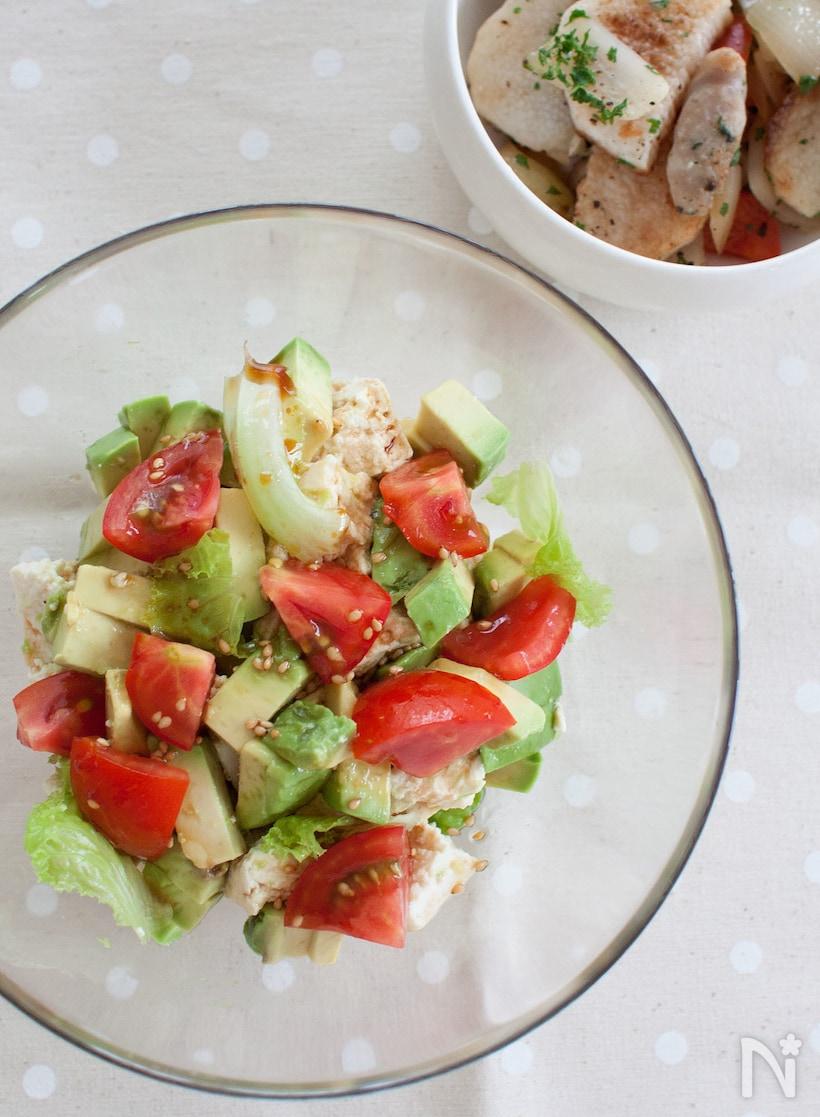 くずし豆腐とトマトにアボカドを加えて中華風のレモンドレッシングをかけたサラダ