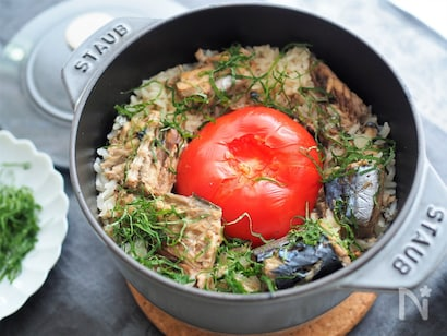 ストウブ鍋で炊いた丸ごとトマトとサバ缶の炊き込みご飯