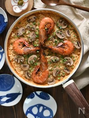フライパンで海老とキノコの味噌パエリア