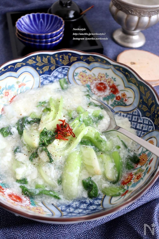 中華皿に盛り付けされた青梗菜のふわふわ白身とじ