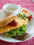 彩り野菜オムレツのベーグルサンド