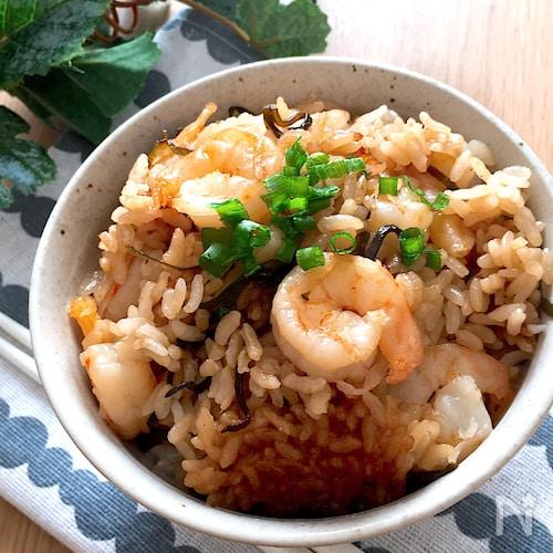 具材いれて炊飯器任せ♡むき海老と塩昆布の中華風炊きこみご飯