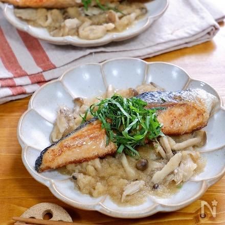 大葉を添えた『鮭のソテーおろしきのこソース』