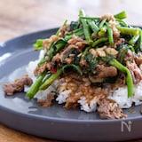 沙茶牛肉と空芯菜のあんかけご飯