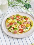 カラフルミニトマトとウインナーのバジルソースピザ