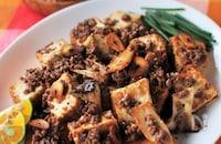 フライドガーリックが香ばしい。厚揚げとエリンギのひき肉炒め