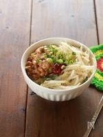 5分で小丼!納豆と簡単もやしナムルのビビンバ