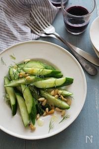 きゅうり、ディル、松の実のサラダ