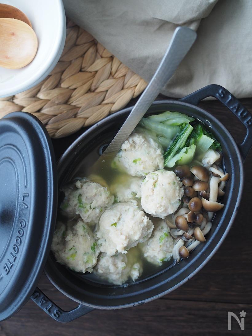 黒のストウブに鶏だんご、締めじ、白菜など鍋仕立て