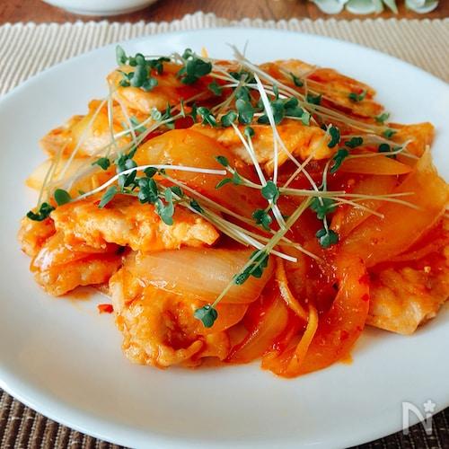 夕飯のおかず☆鶏むね肉と玉ねぎのピリ辛炒め