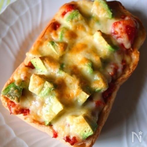 アボカドとチリコンカンのピザトースト