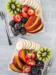 キウイ、桃、バナナのフルーツプレート