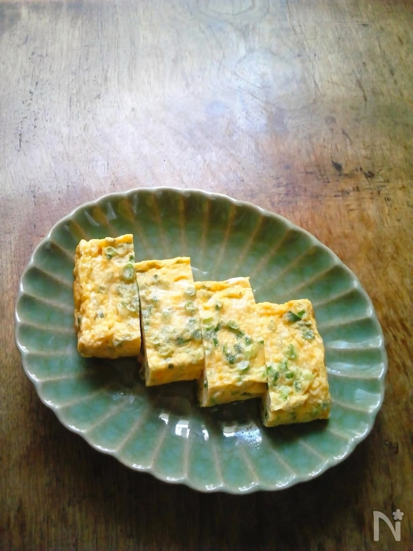 和食器に並べられた、薬味ネギの入った出汁巻き卵