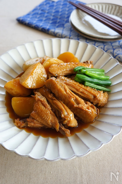 和食器に盛られたじゃがいもと手羽先の甘辛煮