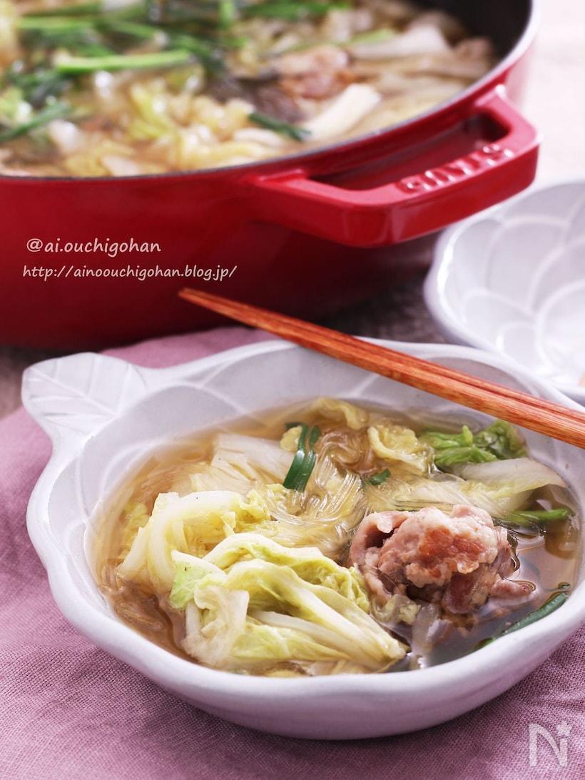 白くて丸いお皿につがれた豚こまの肉団子と白菜の春雨スープ