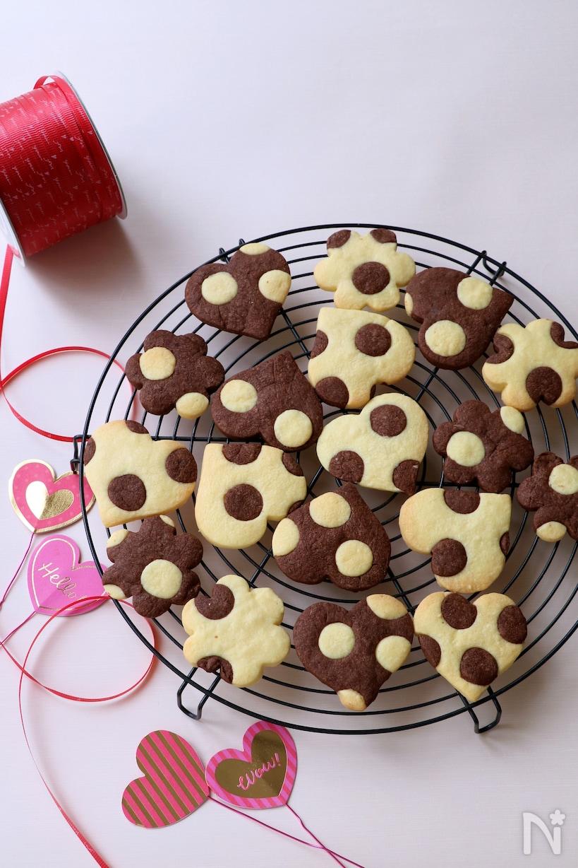 プレーン生地とココア生地の2種類で作られた水玉模様のハート形クッキー