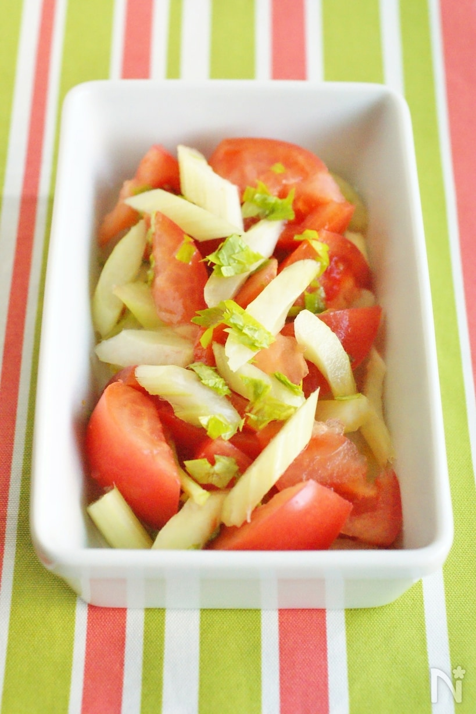 白い容器に入った、セロリとトマトのサラダ