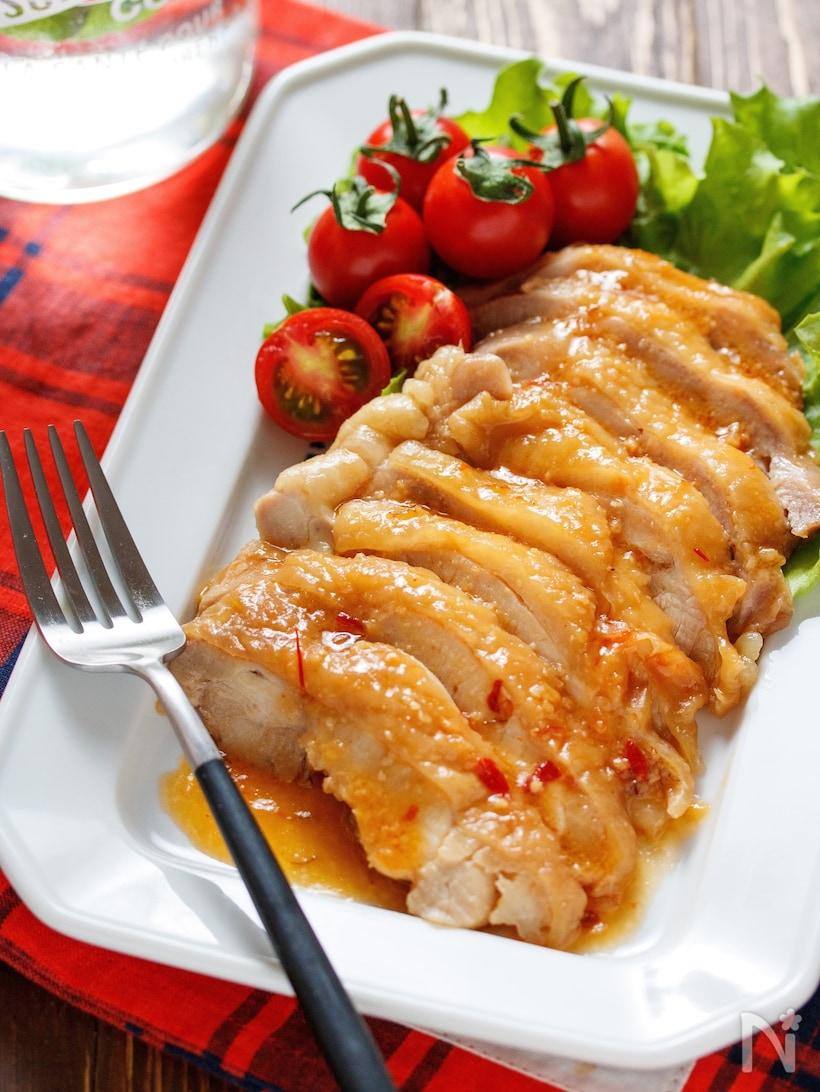 ハチミツ味噌ダレのかかった鶏チャーシューと付け合わせのミニトマトとレタス