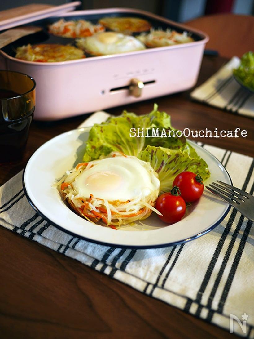 サラダとミニトマトなどと盛られたポテトの巣篭もり卵