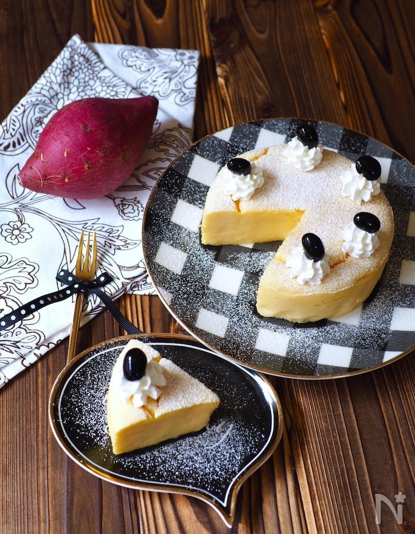 黒いお皿の上にのせたさつまいも入りスフレチーズケーキ